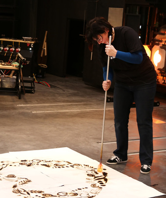 Anne Gant creating a 'fire glass drawing'